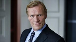 Sven Nordin gjør en fin figur som den svenske justisministeren Gunnar Elvestad. (Foto: TV2)