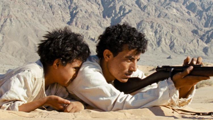 Theeb (Jacir Eid) får våpenopplæring av broren Hussein (Hussein Salameh) i Theeb - Ulven (Foto: AS Fidalgo).