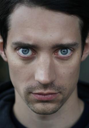Adam Lundgren spiller den brutale og ubehagelige rasisten Mattias Cedergren i Blå Ögon. (Foto: TV2)