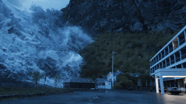 Flodbølgen i ferd med å skylle inn over Geiranger sentrum i Bølgen (Foto: Fantefilm Fiksjon).