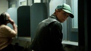 Libby (Charlize Theron) besøker sin trippeldrapsdømte bror i fengsel i Dark Places (Foto: SF Norge AS).