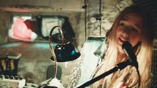 Kjersti (Alba August) synger og spiller keyboard i Dryads - Girls Don't Cry (Foto: Last Filmdistribution).