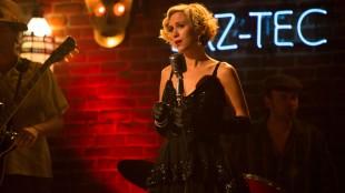 Kristen Wiig synger låta Booze and Pills i The Spoils Before Dying. (Foto: C More).