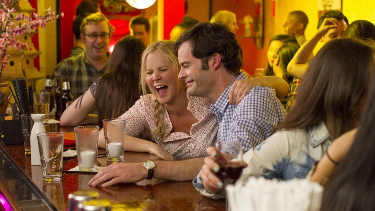 Amy (Amy Schumer) faller uventet for Aaron (Bill Hader) i Trainwreck (Foto: United International Pictures).