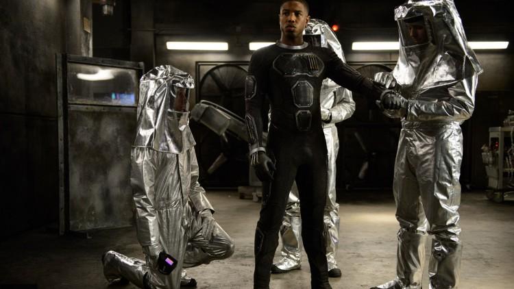 Michael B. Jordan i rollen som Johnny Storm, som kan omslutte kroppen sin i ild og fly. (Foto: Fox Film).