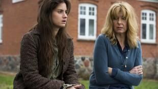 Danica Curcic og Paprika Steen er strålende i rollene som fortvilede dødre i Stille hjerte. (Foto:  AS Fidalgo).