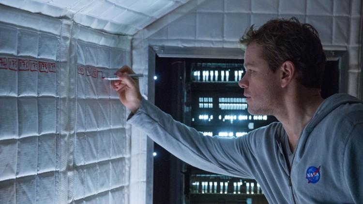 Mark Watney (Matt Damon) teller dagene han har vært på Mars i The Martian (Foto: 20th Century Fox).