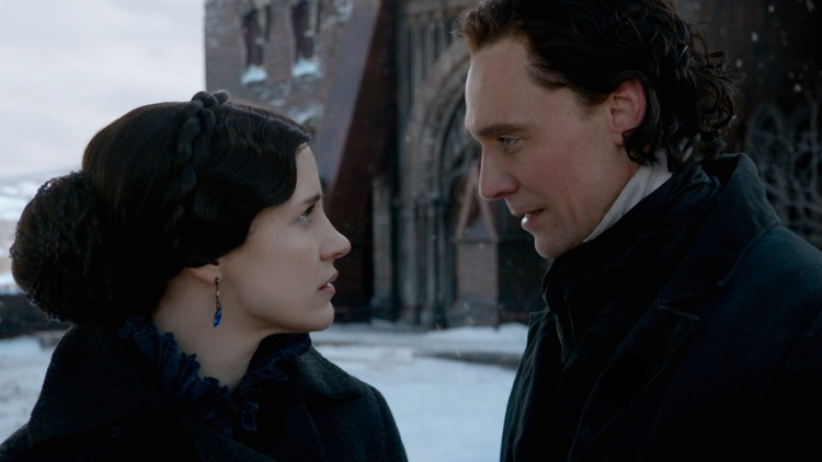Lucille (Jessica Chastain) og Thomas (Tom Hiddleston) er søskenpar med store planer i Crimson Peak (Foto: United International Pictures).