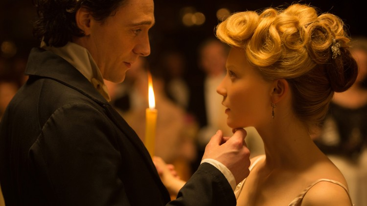 Edith (Mia Wasikowska) blir forført av Thomas (Tom Hiddleston) i Crimson Peak (Foto: United International Pictures).