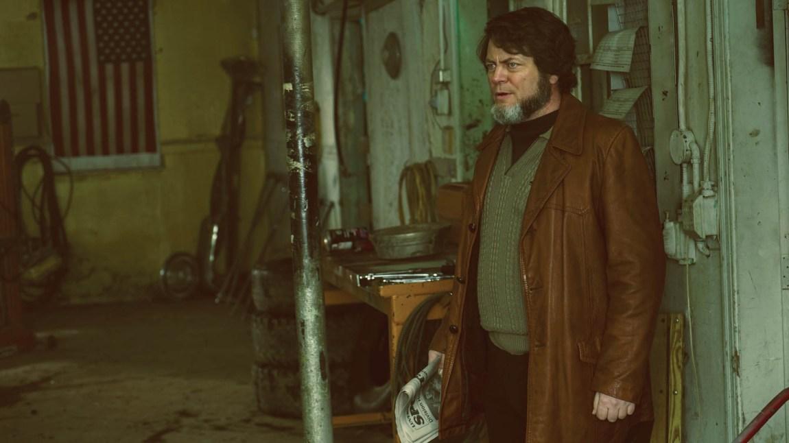 Nick Offerman spiller verkstedseieren Karl Weathers, en mann som nok ville ha godt Ron Swanson, en konspirasjonsglad type som bærer mange av de stoiske kvalitetene til Offermans Ron Swanson-figur. Nordic, FX, MGM)