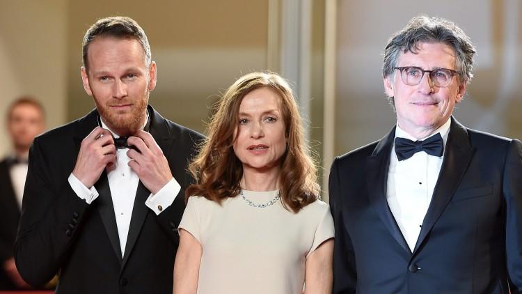 Joachim Trier, Isabelle Huppert og Gabriel Byrne poserer før Cannes-visningen av Louder Than Bombs (AFP PHOTO / ANNE-CHRISTINE POUJOULAT).