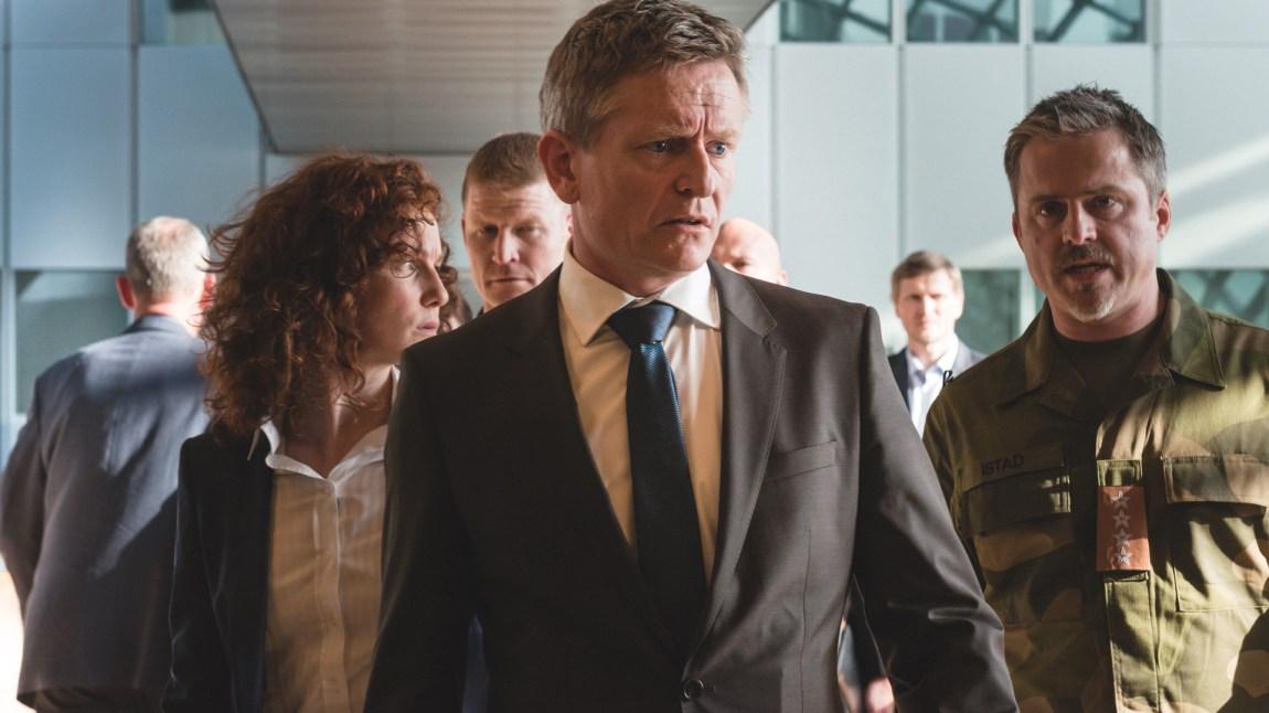 Statsminister Jesper Berg (Henrik Mestad) er ikke milevis fra virkelighetens Jens Stoltenberg når det gjelder utseende. Og han skulle nok gjerne hatt hjelp av en Stoltenberg i NATO når det begynner å dra seg til i kampen mot EU.  (Foto: TV2)