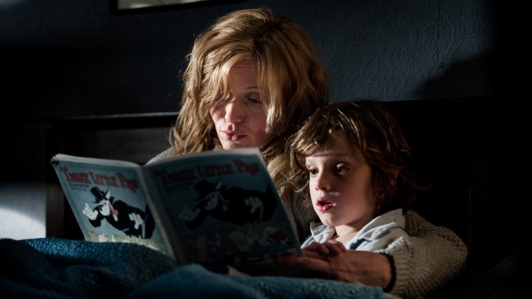 Amelia (Essie Davis) leser for sønnen Samuel (Noah Wiseman) i The Babadook (Foto: Another World Entertainment Norway AS).