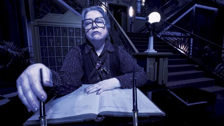 Kathy Bates som resepsjonisten Iris i American Horror Story: Hotel. (Foto: Frank Ockenfels, FOX).