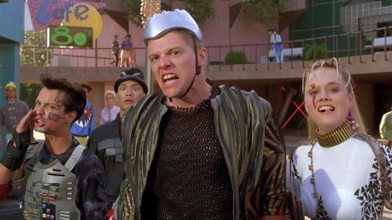 Barnebarnet til Biff, Martys erkefiende, er moteriktig antrukket med sølvhjelm. (Foto: Universal Pictures).