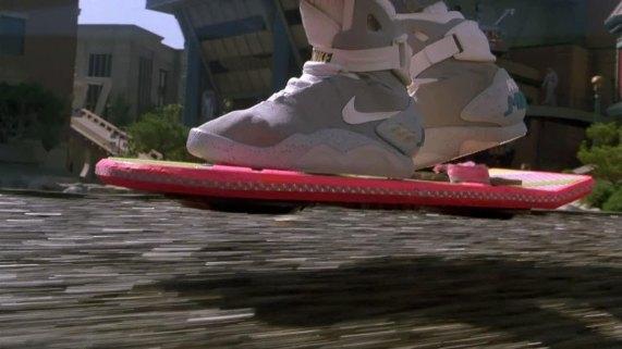 Hoverboard og sko som snører seg selv er standard i 2015, skal vi tro Tilbake til fremtiden 2. (Foto: Universal Pictures).