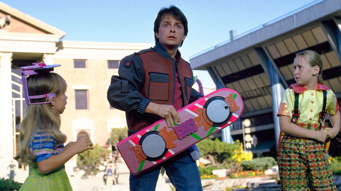 18c52268 Michael J. Fox som Marty McFly med hoverboardet sitt i Tilbake til  fremtiden II.