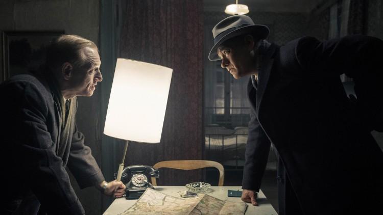 CIA-agenten Hoffman (Scott Shepherd) og James Donovan (Tom Hanks) i Bridge of Spies (Foto: 20th Century Fox).