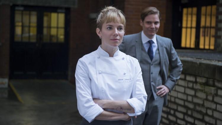 Helene (Sienna Miller) og Tony (Daniel Brühl) i Burnt (Foto: Norsk Filmdistribusjon).