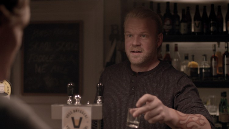 Anders Baasmo Christiansen spiller bartender med det noe spesielle navnet Bimbo i Hevn (Foto: Euforia/Den Siste Skilling).