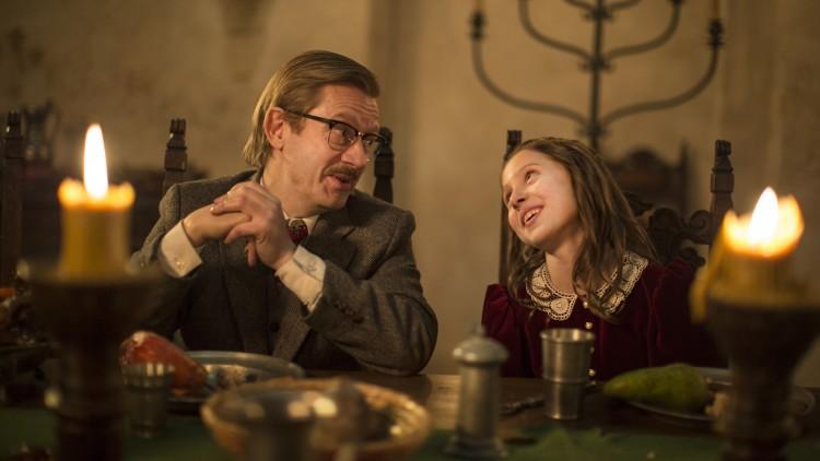 Anton (Bjarte Tjøstheim) og Mira (Stella Stenman) ved festbord i Julekongen - Full rustning (Foto: Nordisk Film Distribusjon AS/ Storm Films AS).