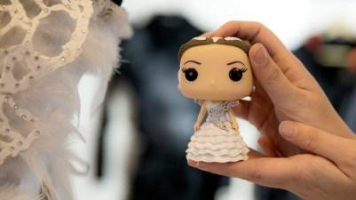 Ida samler på bobble head-figurer av alle kostymene hun har laget. (Foto: Martin Aas, NRK P3).