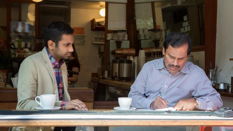 """Far og sønn Ansari spiller også far og sønn i """"Master of None"""". (Foto: Netflix)"""