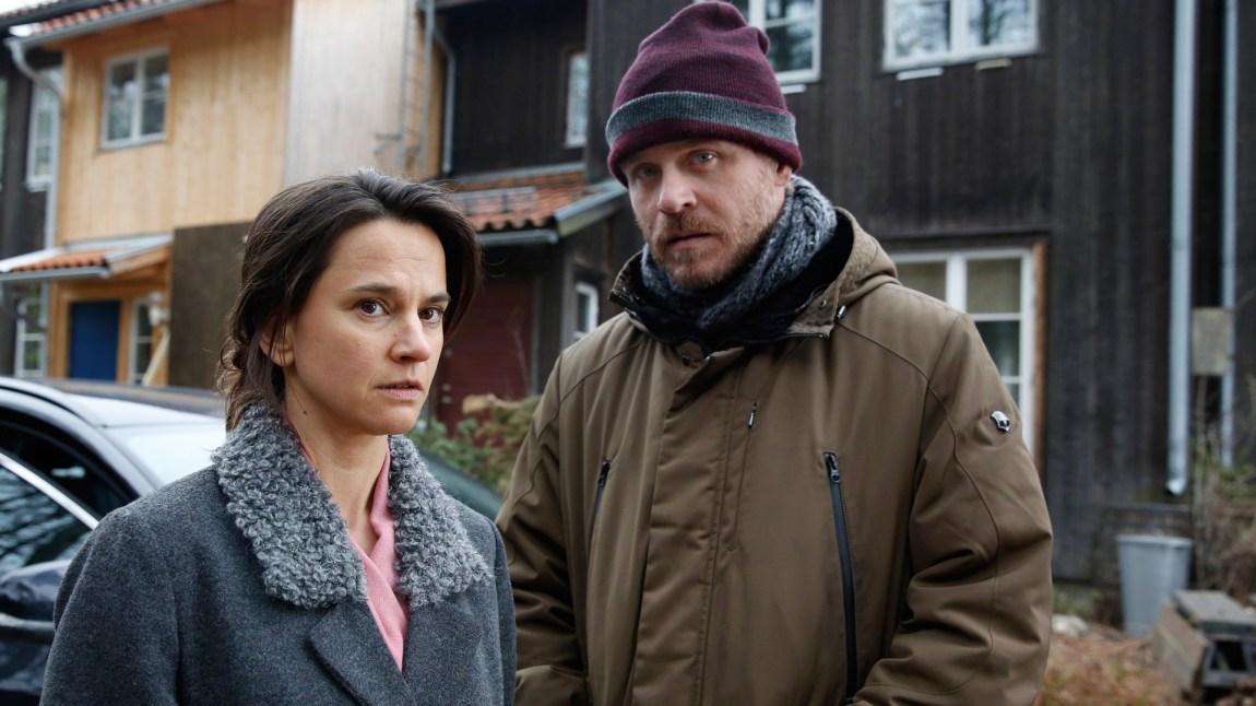 Inger Johanne Vik (Melinda Kinnaman) har akkurat flyttet hjem etter å ha jobbet for FBI i USA, men det er lite ro å finne i Stockholm, da hennes datter blir vitne til et mord. Hun får hjelp av etterforsker Ingvar Nymann (Henrik Norlén ) i jakten på skurken. (Foto: TV2, TV4, Miso Film Sverige)