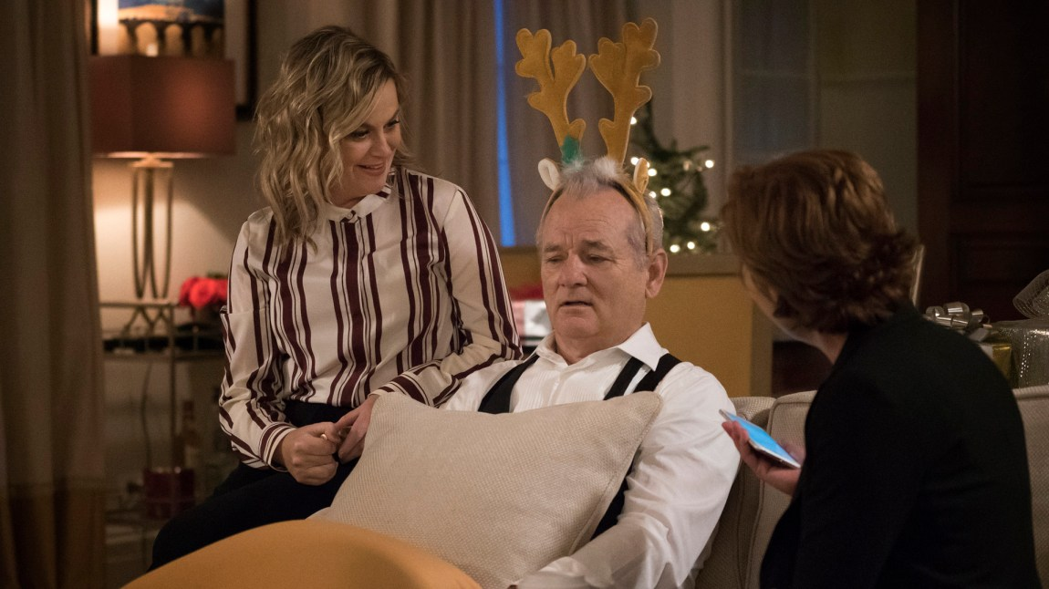 Amy Poehler er den drygt entusiastiske produsenten som iherdig prøver å redde en julespesial uten gjester og med en særdeles demotivert Bill Murray som programleder. (Foto: Netflix)