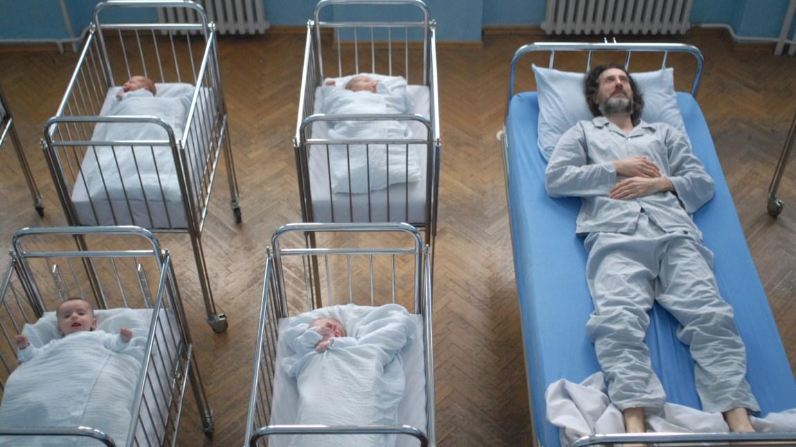 Presten Don Fabijan (Kresimir Mikic) bestemmer seg for å gjøre noe med de lave fødselstallene på øya. Det får uante konsekvenser. (Foto:  Interfilm, Zillion Films )