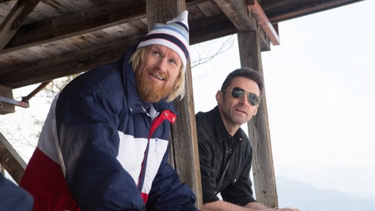 Den norske hopptreneren Bjørn (Rune Temte) og Bronson Peary (Hugh Jackman) jubler i Eddie The Eagle (Foto: 20th Century Fox).