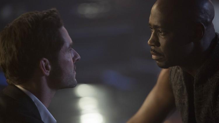 Tom Ellis som Lucifer og D.B. Woodside som engelen som forsøker å få ham tilbake til Helvete. (Foto: FOX).