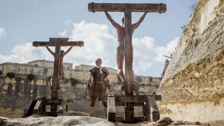 Jesus henger på korset i Risen (Foto: United International Pictures).