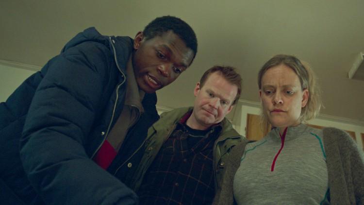 Abedi (Olivier Mukata), Per Primus (Anders Baasmo Christiansen og Hanni (Henriette Steenstrup) prøver å finne fram til løsninger i Welcome to Norway! (Foto: Motlys / Norsk Filmdistribusjon).