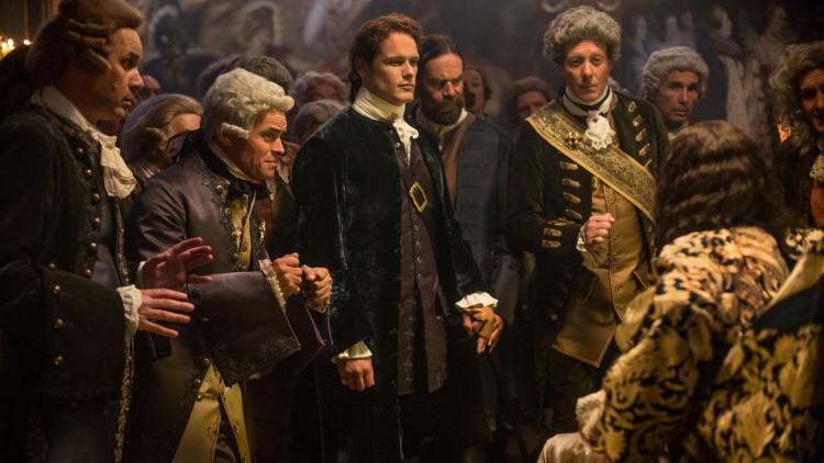 Jamie får mæte kongen av Frankrike under litt spesielle omstendigheter i sesong to av Outlander. (Foto: © Sony Pictures Television Inc. All Rights Reserved.).