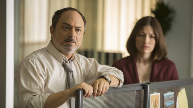 Kevin Pollak spiller redaksjonssjef, og Kelly McDonald en kollega i Special Correspondents (Foto: Netflix).