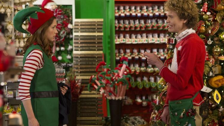 Å jobbe i en julebutikk er drømmejobben for Kimmy. (Foto: Netflix).