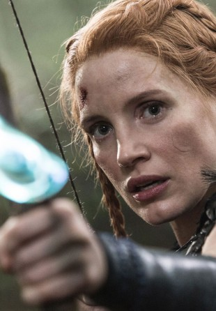 Jessica Chastain spiller den tøffe jegeren Sara i The Huntsman: Winter's War. (Foto: United International Pictures).
