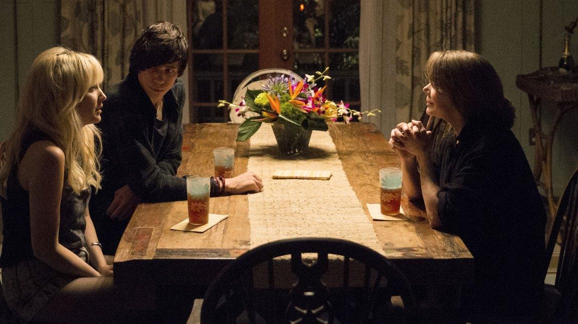 Sally Rayburn (Sissy Spacek ) får nye familiegjester til bords i sesong 2. Også de deler sine slektningers hang til hemmeligheter og løgner. (Foto: Netflix)