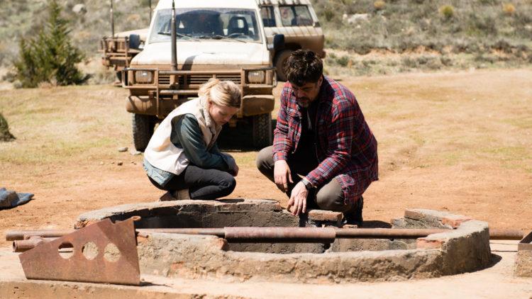 Sophie (Mélanie Thierry) og Mambrú (Benicio Del Toro) forsøker å finne ut hvordan de skal få et lik opp av en brønn i A Perfect Day. (Foto: Arthaus)