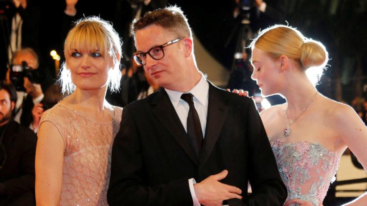 Nicolas Winding Refn sammen med kona Liv Corfixen (t.v.) og skuespiller Elle Fanning på den røde løperen i Cannes. (Foto: REUTERS/Regis Duvignau)