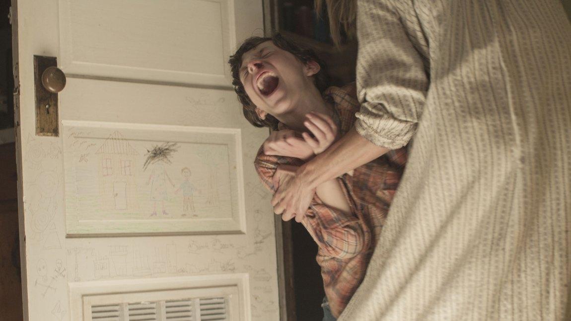 En ung Kyle (Zach Shirey) i kamp mot demoner på kjøkkenet.(Foto: Fox)
