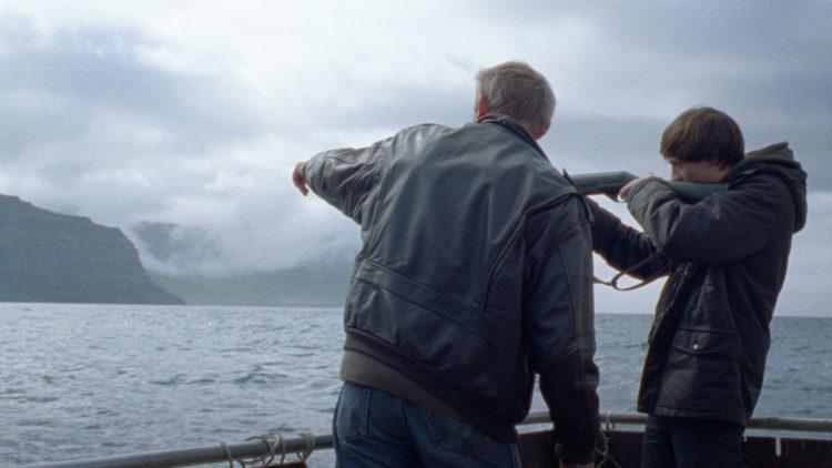 Gunnar (Ingvar Eggert Sigurðsson) og Ari (Atli Oskar Fjalarsson) jakter sel i Småfugler. (Foto: Arthaus).
