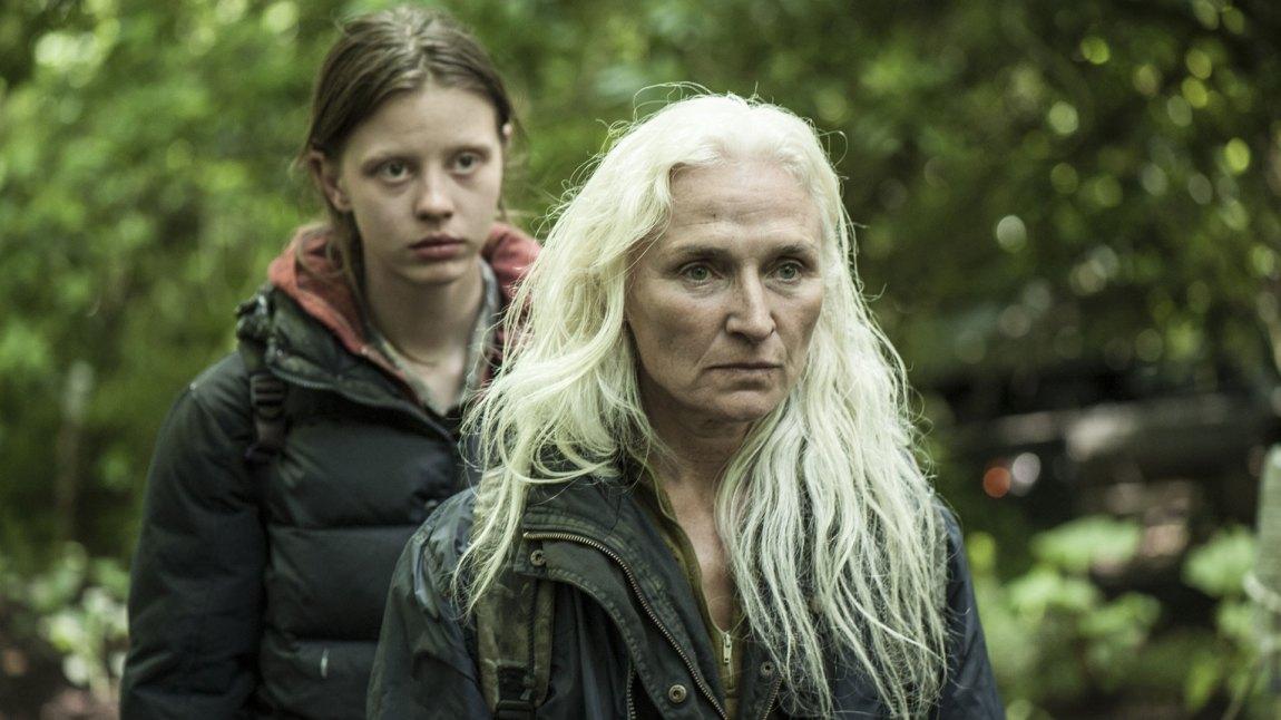 Tilværelsen blir snudd på hodet da vår hovedperson får besøk av en mor (Olwen Fouere) og hennes datter (Mia Goth) som søker mat og ly. (Foto: Tour de Force)