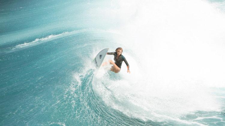 Nancy (Blake Lively) drar til avsidesliggende strand for å surfe i The Shallows (Foto: United International Pictures).