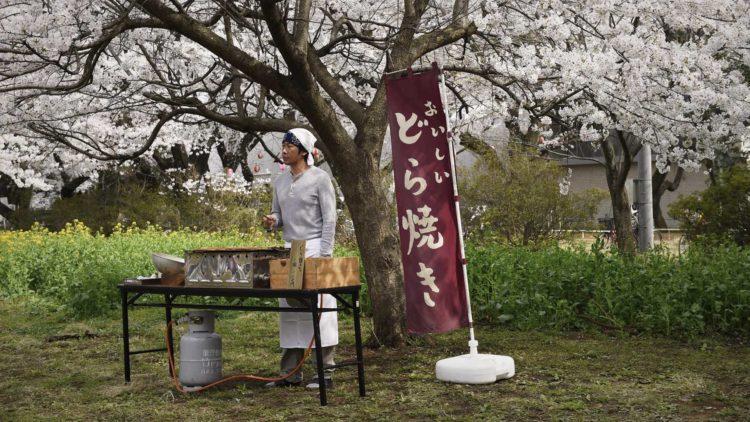 Sentarô (Masatoshi Nagase) selger dorayaki, en slags pannekaker, i Under kirsebærtrærne (Foto: Arthaus).
