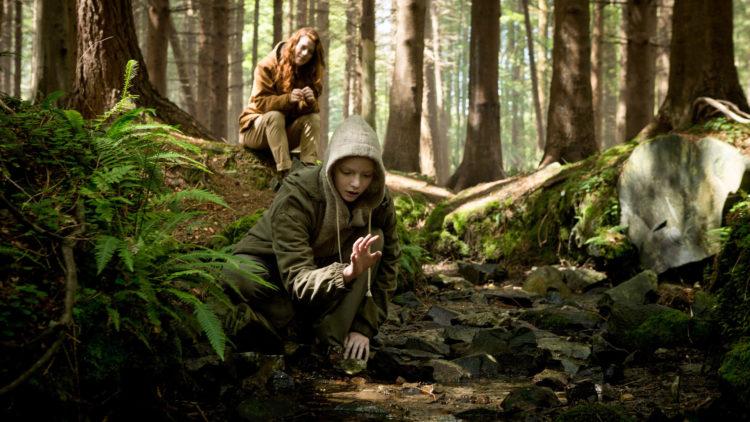 Dr. Amy Menser (Rose Leslie) og Morgan (Anya Taylor-Joy) på skogstur i Morgan (Foto: 20th Century Fox)