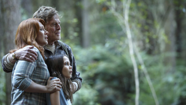 Grace (Bryce Dallas Howard), Meacham (Robert Redford) og Natalie (Oona Laurence) ser noe stort i Peter og Dragen (Foto: (c) 2016 Disney Enterprises inc. All Rights Reserved)