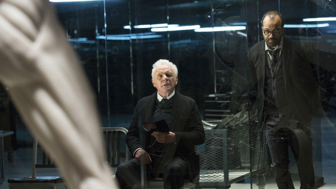 Dr. Robert Ford (Anthony Hopkins) er skaperen av fornøyelsesparken Westworld. Her flankert av sin androidespesialist Bernard (Jeffrey Wright). (Foto: HBO Nordic)