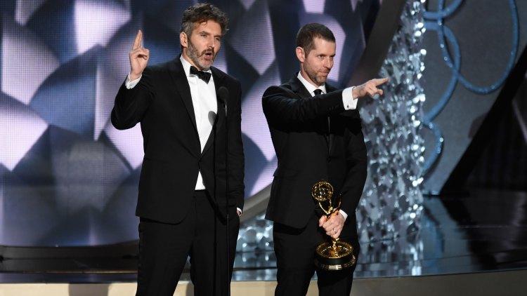 Game of Thrones-serieskapere David Benioff og D.B Weiss tar imot prisen for beste manus for en dramaserie. (Foto: Chris Pizzello/Invision/AP, NTB Scanpix).